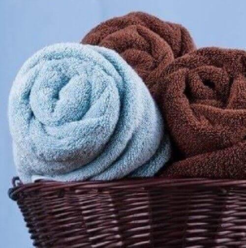 banyoda yer açmak için rulo havlular
