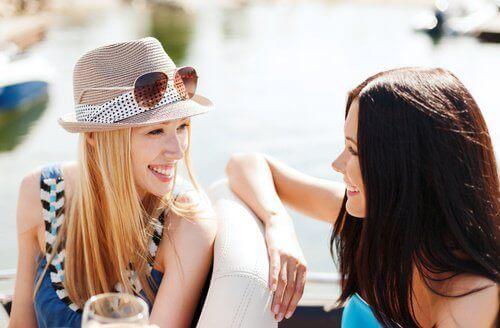 sosyalleşen iki kadın