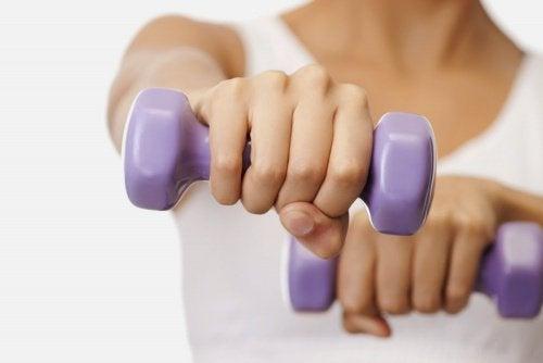 ağırlık kullanan kadın