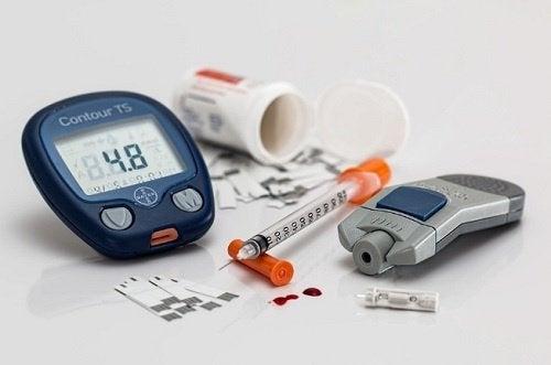 diyabet ölçü aleti ve insülin iğnesi