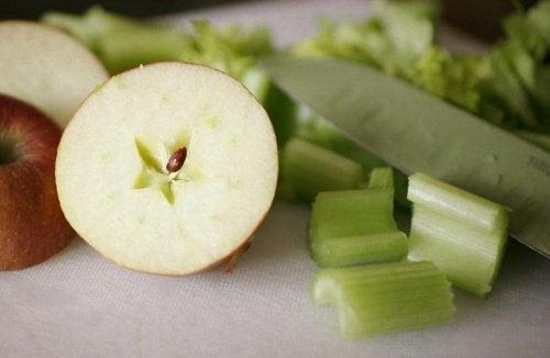kesilmiş elma ve kereviz
