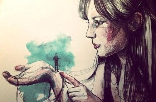 kadının elinde minik adam