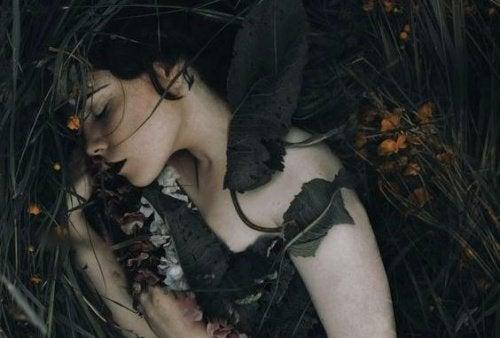 yaprakların içinde yatan kadın
