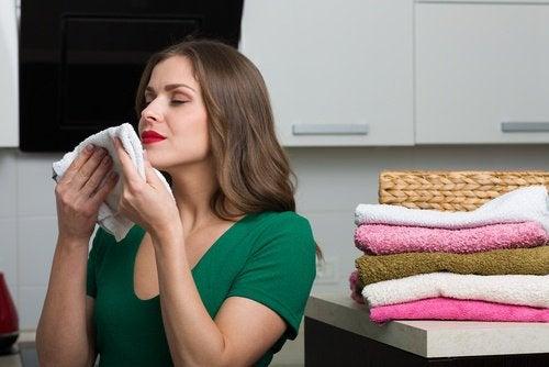 havlu koklayan kadın