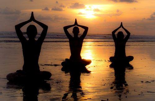sahilde yoga yapanlar