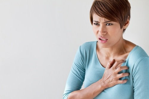kalp ağrısı olan kadın