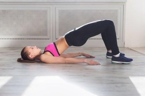 bacaklarda sarkma köprü egzersizi