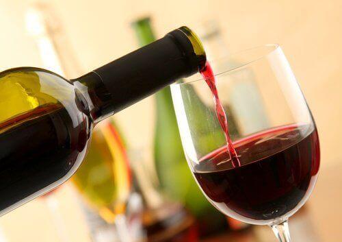 kadehe konan kırmızı şarap