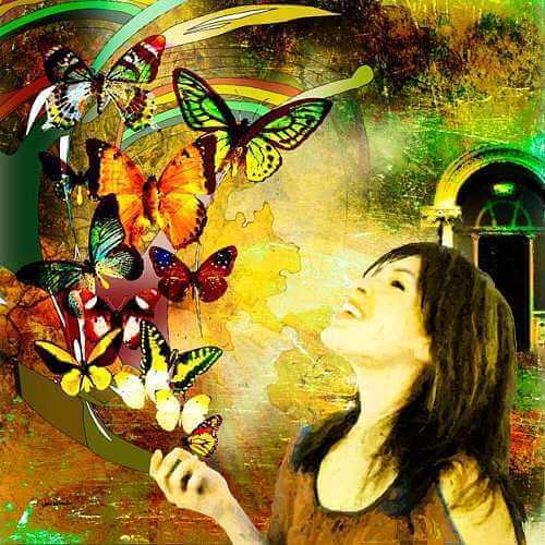 kelebeklere gülümseyen genç kadın