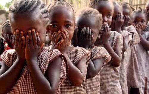 yüzlerini kapatmış kız çocukları