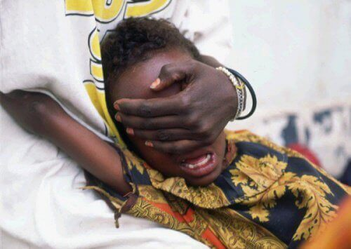 yüzü kapatılan ve acı çeken kız çocuğu