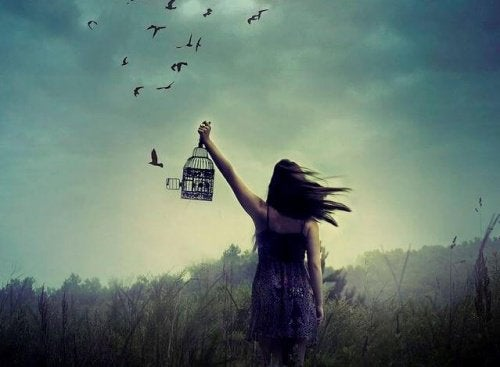 kafesten salınan kuşlar