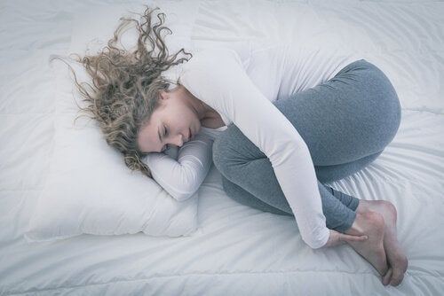 yatakta yalnız yatan kadın