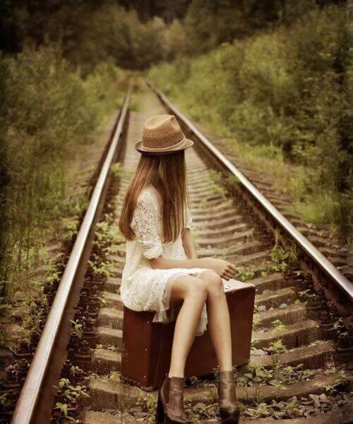 tren yolunda oturan genç