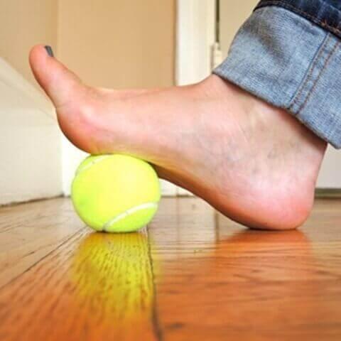 tenis topu ile ayak egzersizleri