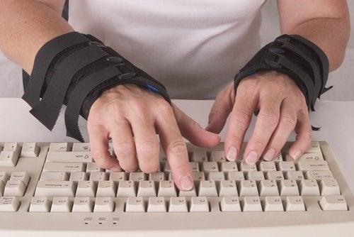 bileklik takarak klavyede yazmak
