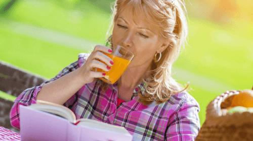 havuç suyu içen kadın