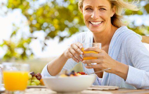 meyve suyu içen kadın
