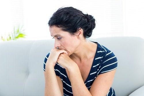 endişeli ve gergin kadın
