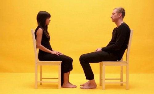 karşılıklı oturmuş kadın ve adam