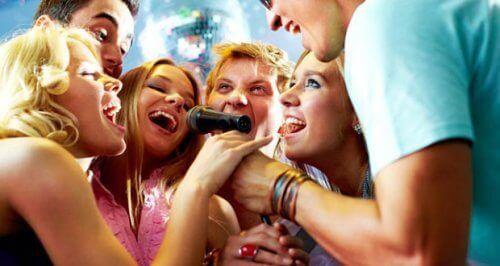 karaoke yapan gençler