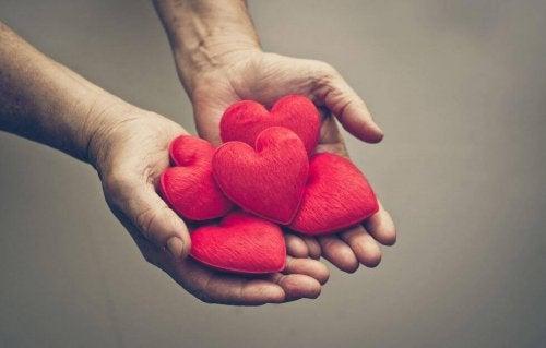 avuç içinde kalpler