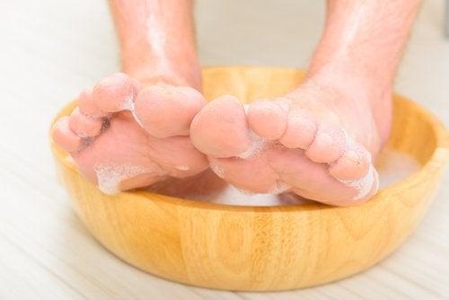 köpüklü ayak banyosu