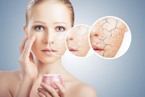 cildine dokunan kadın yüzüne krem sürüyor