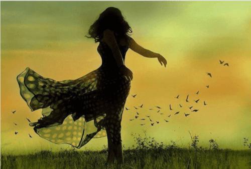 rüzgarda duran kadın