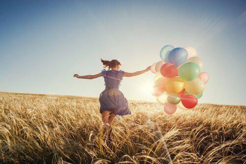 balonlarla koşan kadın
