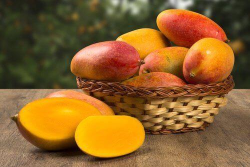 bir sepet mango
