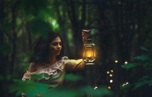 ormanda lamba ile dolaşan kadın