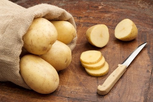 hemoroid tedavisi için çuval içinde patatesler ve bıçak