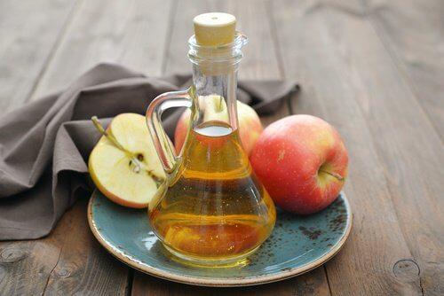 elma sirkesi ve elmalar