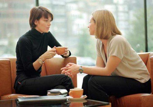 konuşan iki kadın