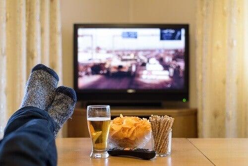 televizyon başında bira cips ve kraker