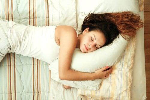 yastıkta uyuyan kadın
