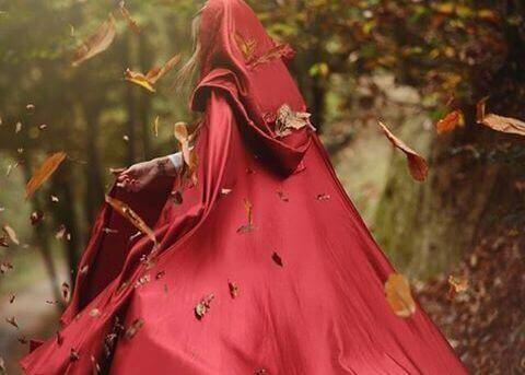 kırmızı elbiseli kadın