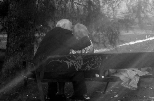öpüşen yaşlı çift