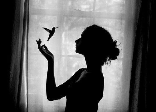 siyah beyaz kadın ve kuş