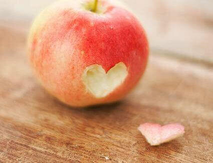kalp şeklinde oyulmuş elma