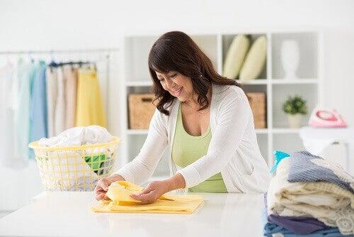 çamaşır katlayan kadın