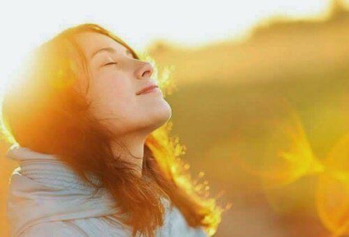 güneş ışığı alan kadın