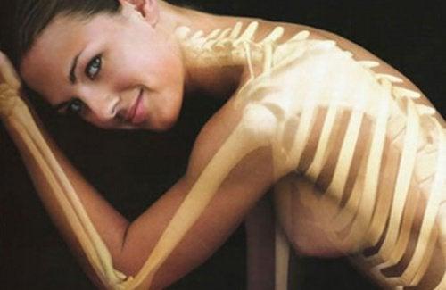 içindeki omurga görünen kadın