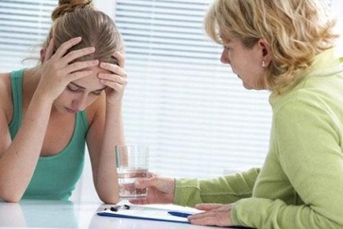 stresli kadın ve su uzatan kadın