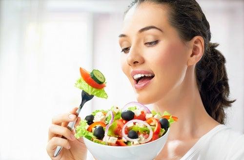sebze salatası yiyen kadın