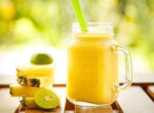elma, ananas ve armutlu smoothie