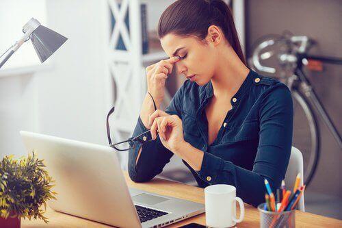 iş yerinde yorgun kadın