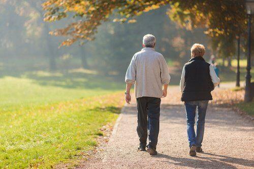 kalp sağlığı için günde yarım saat yürüyüş