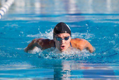 havuzda yüzen adam